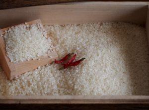 米びつと唐辛子