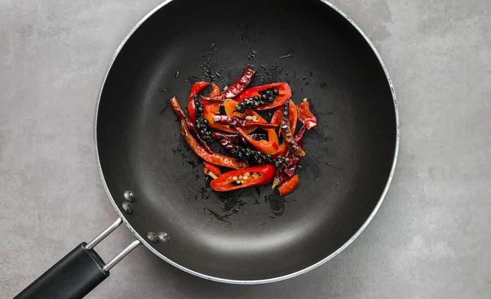 唐辛子を炒め物に使う